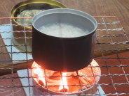 にわかコンロで米を煮ます